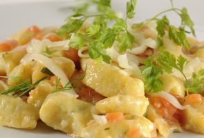 Herbed quark gnocchi with South Tyrolean mountain cheese and diced tomatoes